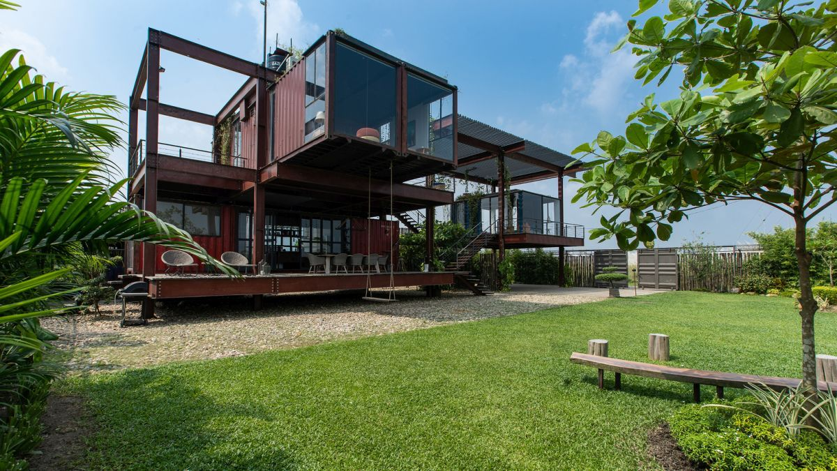 A Shipping Container House With A Surprisingly Lightweight Appearance Shipping Container Home Designs Container House Design Container Buildings