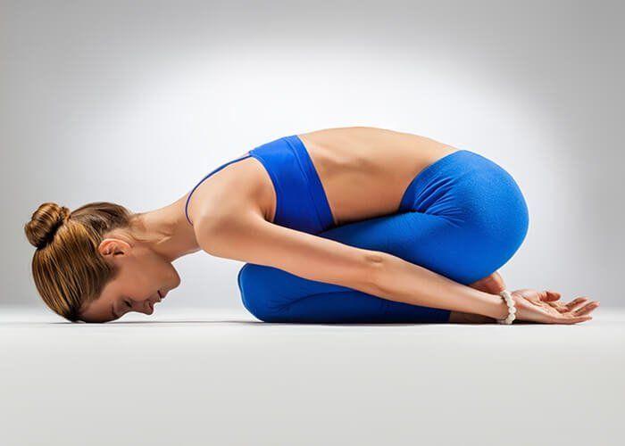 4 Posturas De Yoga Para Disminuir El Dolor De Espalda Mejor Con Salud Posturas De Yoga Inflamación Abdominal Hacer Yoga