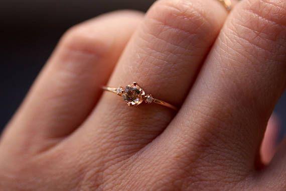 Unsere schöne Pfingstrose Ring ist so süß und hübsch! Eine perfekte Versprechen Ring für den besonderen Menschen oder ein tolles Geschenk für Ihre Brautjungfern! -Handgefertigt aus massivem 14 K rose gold -Rosa Morganit Stein misst 4mm Durchmesser -2 Seite Diamanten Messen 1mm in der