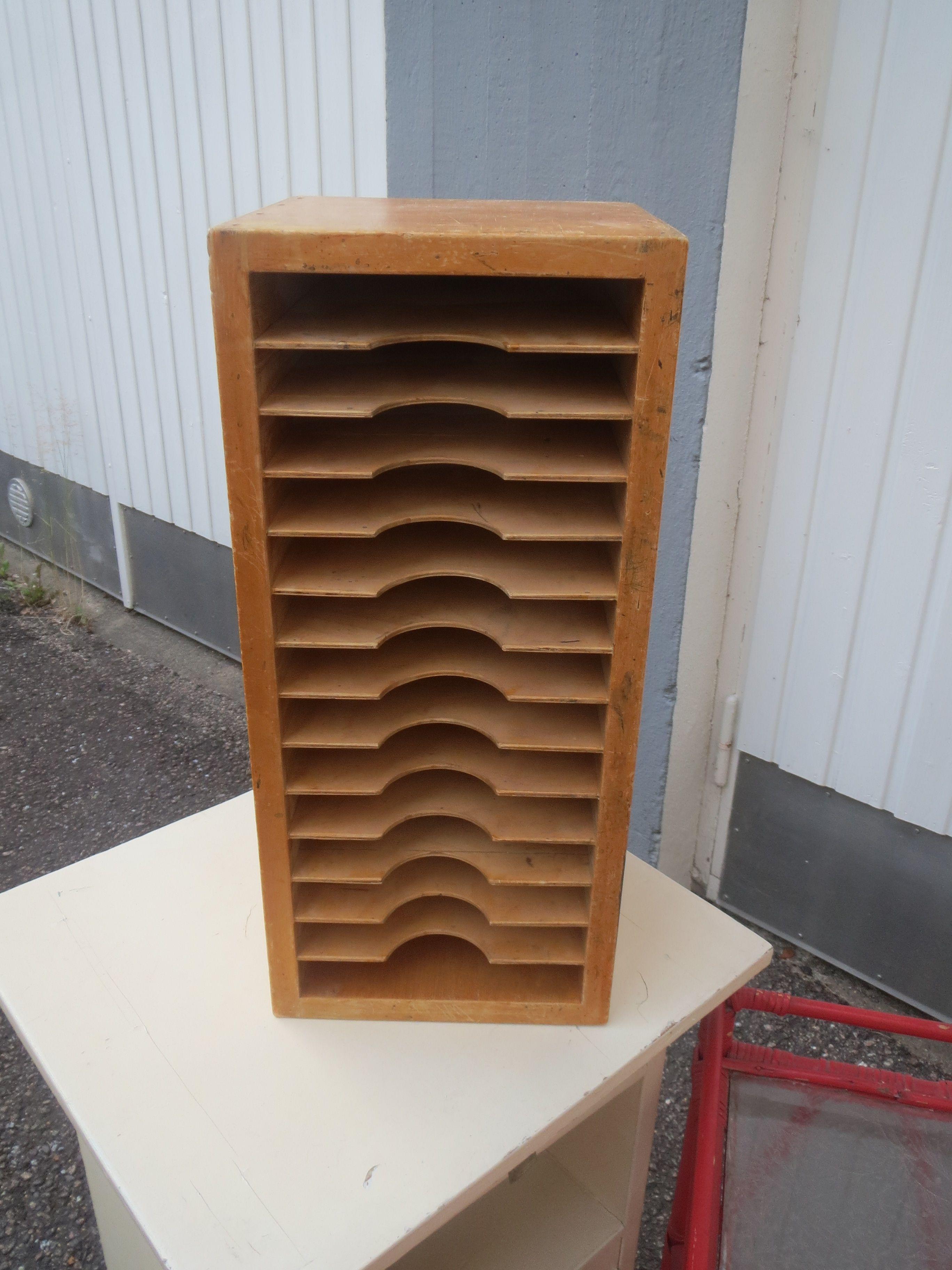 Ihastuttava puulokerikko, ehjä, ajan patinaa pinnoissa, muuten puuta, mutta taustalevy on jotain levyä.  Koko 20 x 20 cm, korkeus 45 cm.  Lokeron sisämitta 17 x 20 cm, korkeus 3 cm.  40 euroa.