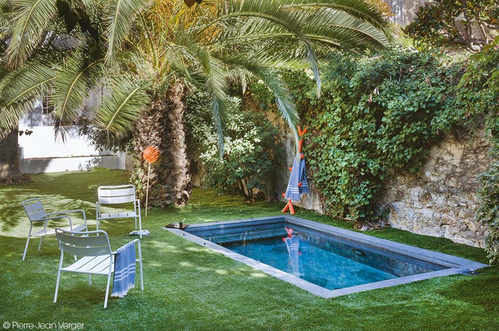 Une Jolie Petite Piscine Dans Ce Jardin De Ville Dccv Pool