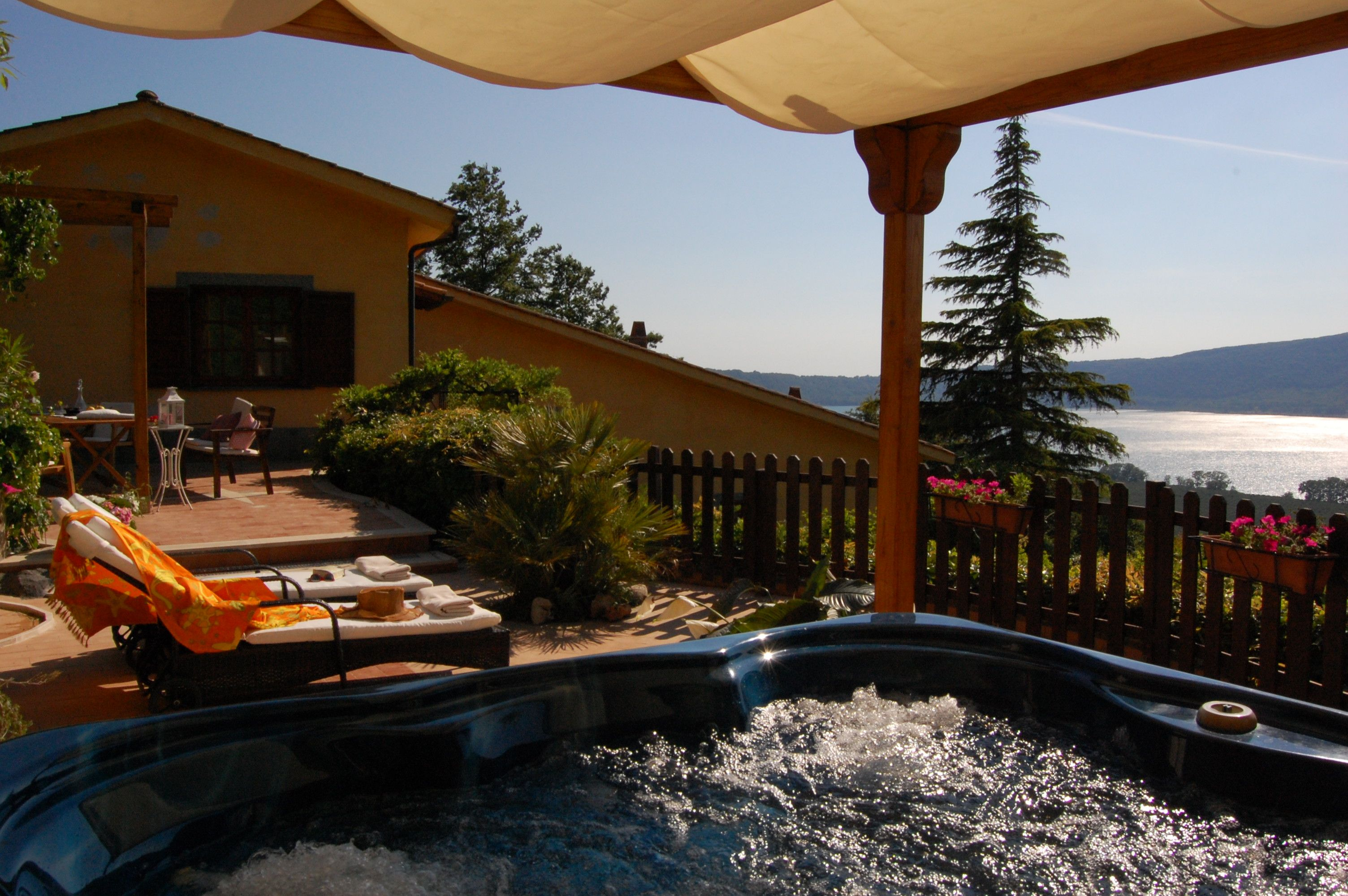 Villa Glicine with private Jacuzzi in front of the Lake