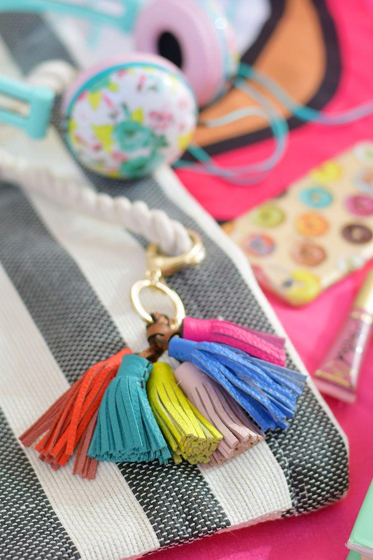 ... pour retrouver ses clés avec facilité et élégance. porte clé DIY décoré  de glands en cuir frangé multicolores fec24fa85f6