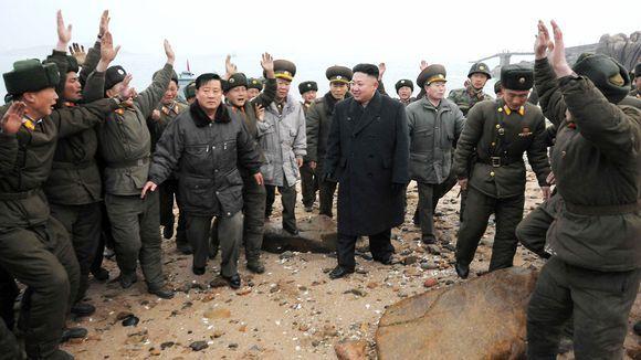 Kim Jong Un sotilaiden ympäröimänä.  Pohjois-Korean johtaja Kim Jong Un vieraili sotilastukikohdassa torstaina. Kuva on Pohjois-Korean virallisen uutistoimiston KCNA:n julkaisema. Kuva: KCNA / AFP / Lehtikuva