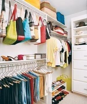carteras colgadas en le vestidor