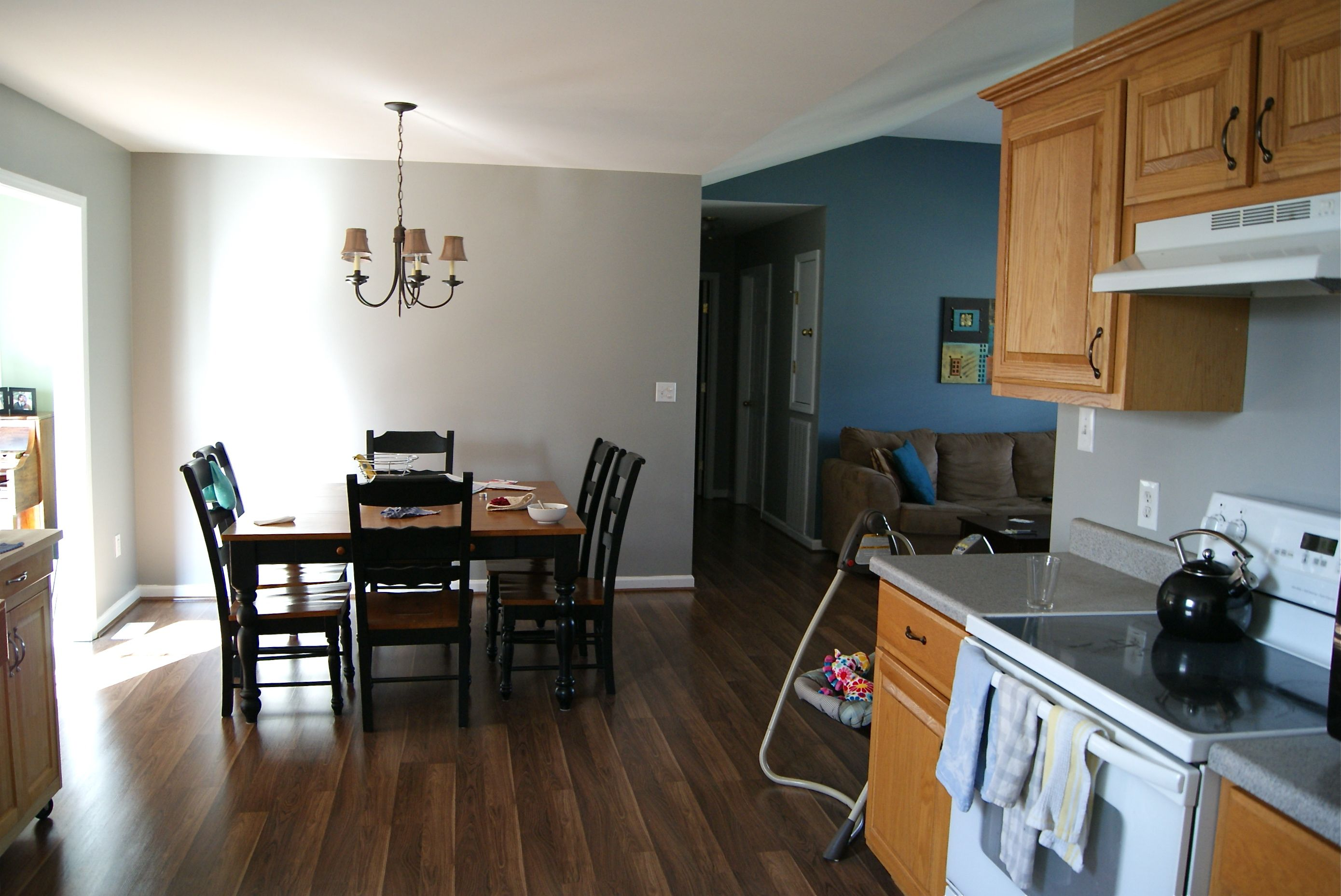 Grey kitchen, turquoise living room Oak