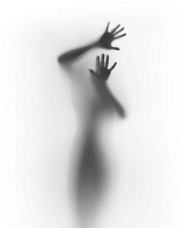 dunkler Schatten einer Frau vor weißer Wand #weiß #shadow #white #whitemonochrom #dunklewände