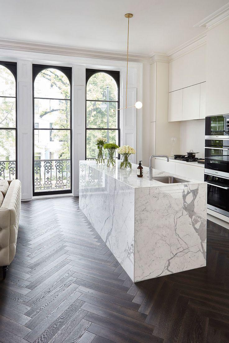 Photo of Offene Küche – kleiner moderner, einwandiger dunkler Holzboden und …