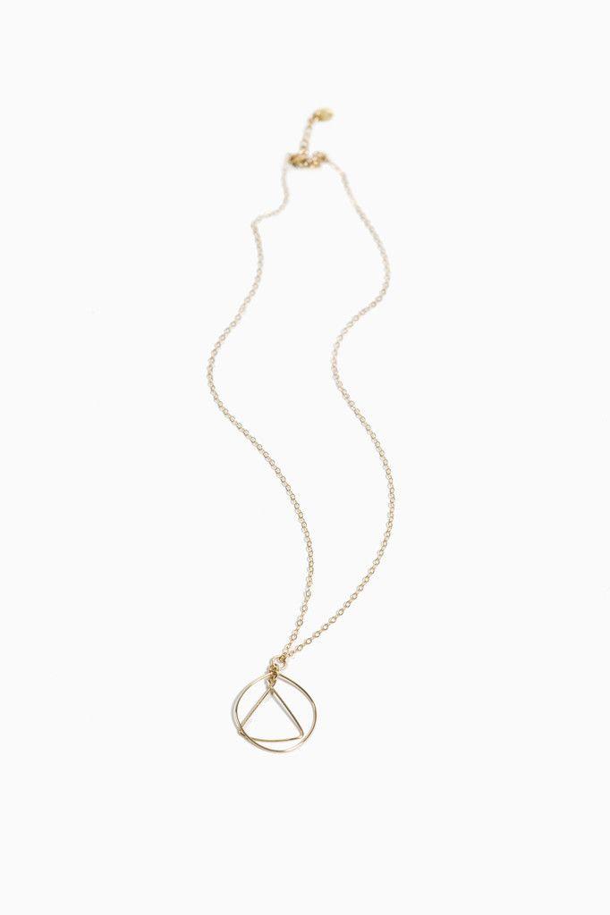 LK2748 Collier en or avec triangle dans un rond, 42-47 cm. Ce bijou de style géométrique chic est à conseiller aux femmes actives et chics. Pas de préférence pour la morphologie, ce bijou sublimera toutes les femmes. Le conseil est de le porter sur une silhouette sombre. Le collier est fabriqué à la main à l'atelier. Automne - Hiver 2015 Garantie 2 ans 110,00 €