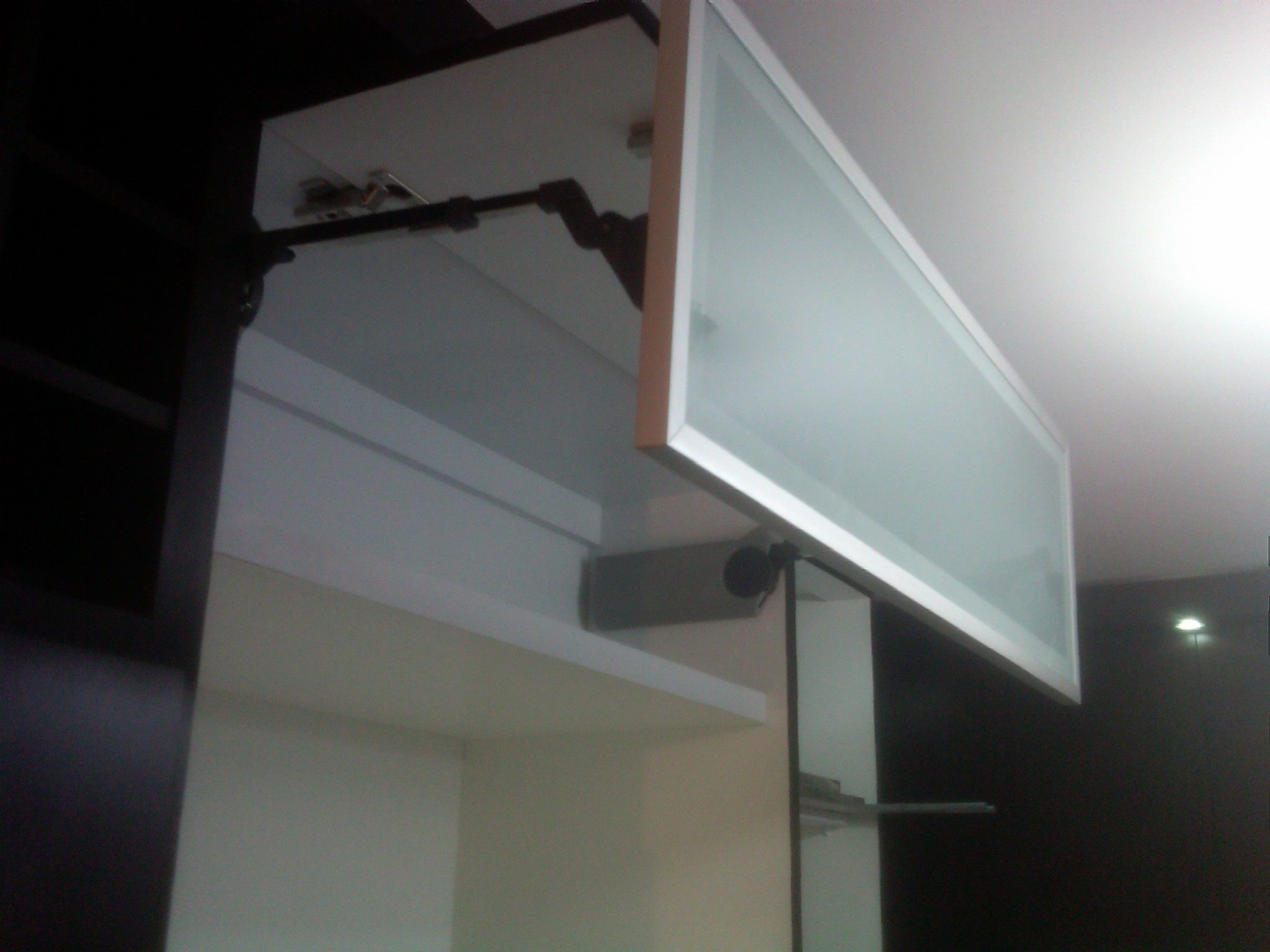 Gabinete aéreo con Avento Blum HF, cocina color Wengué con perfil de ...