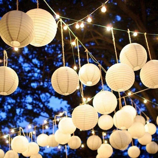 romantische verlichte witte lampionnen op een tuinfeest verlicht ze met een led verlichting snoer lampion led romantic wedding gardenwedding