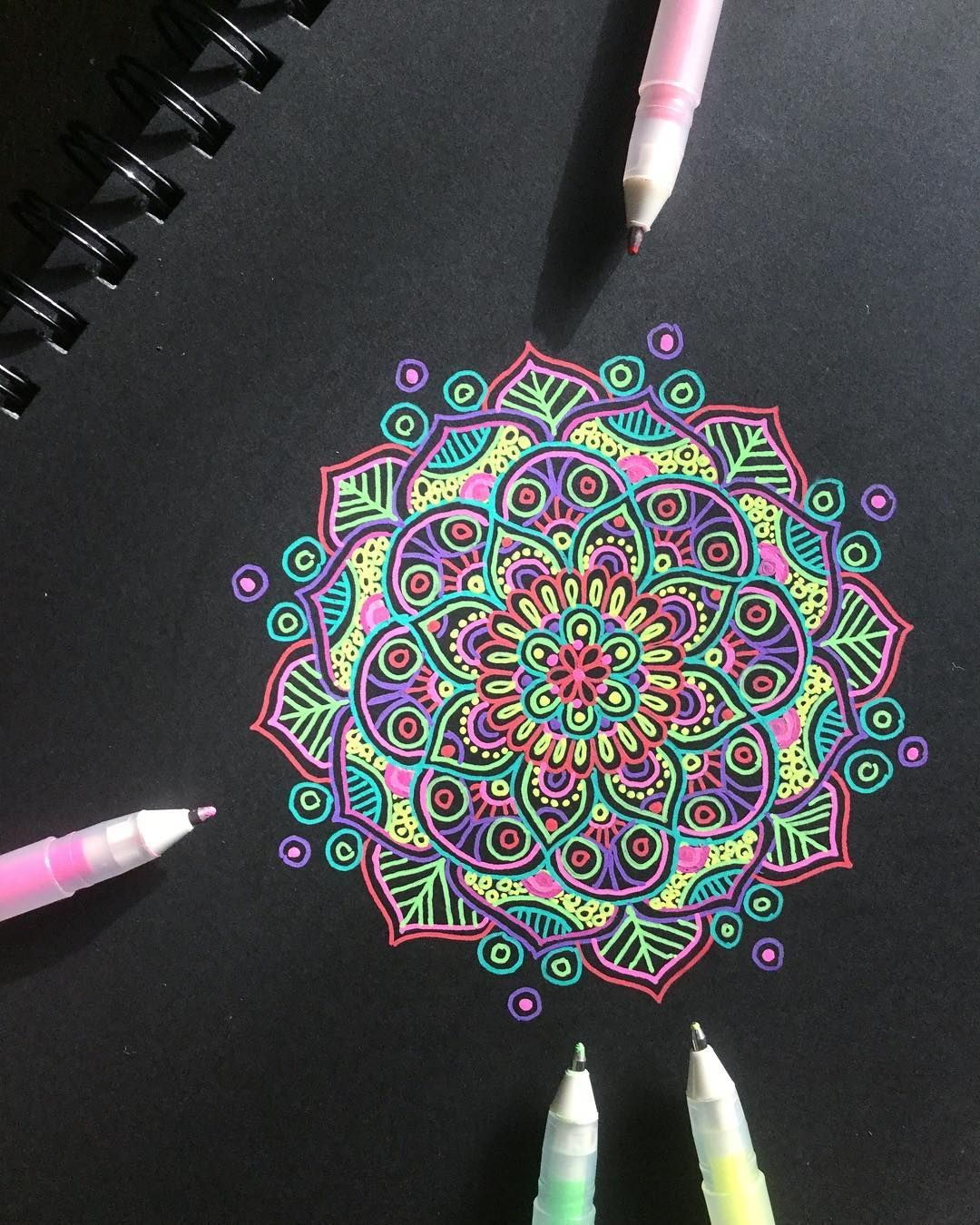 Pin On White On Black Zentangle Mandala Doodling Chernoe Na Belom Zentangl Dudling Mandaly