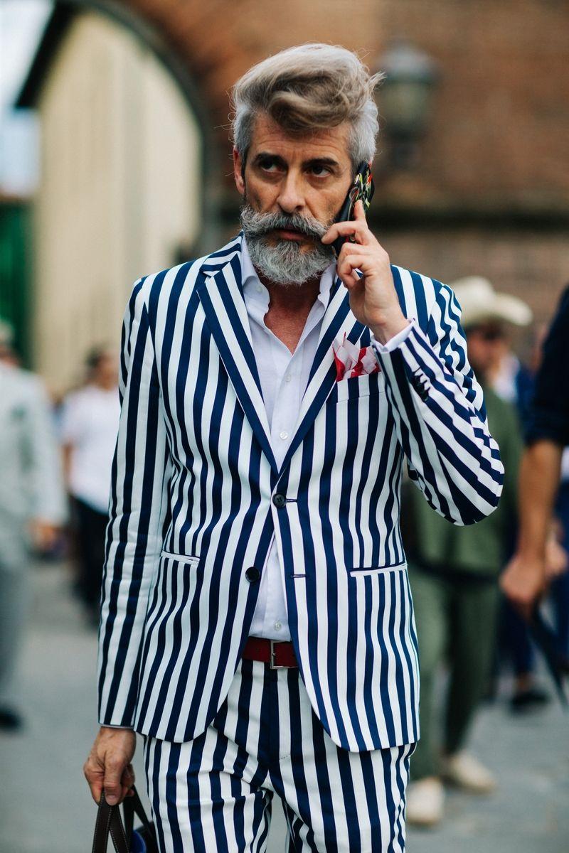 A Pitti Uomo, uma das principais feirasde moda masculina do mundo termina hoje (17.06), depois de receber convidados para apresentações e desfiles em Florença, na Itália, desde terça-feira, dia (14.06). O estilo clássico e superelegante típico da moda made in Italy ganhou input de cores vibrantes, informalidade ecriatividade de um público mais jovem, atraído pelos desfiles de Raf Simons eGosha Rubchinskiy, novidades do line-up desta edição. Veja abaixo os destaques do street style dos…