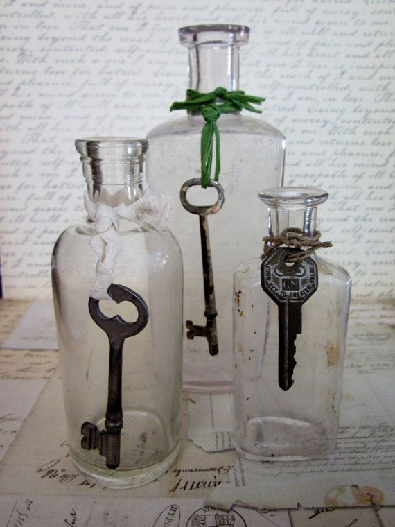 three vintage clear bottles with skeleton keys skeleton keys pinterest schl ssel shabby. Black Bedroom Furniture Sets. Home Design Ideas