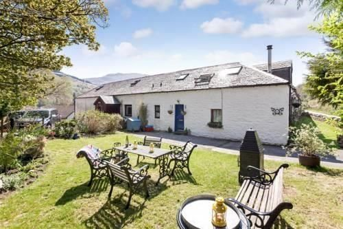 The Bothy Succoth Arrochar Featuring a garden, The Bothy Succoth is a semi-detached holiday home situated in Arrochar in the Strathclyde Region. The property is 49 km from Glasgow and boasts views of the mountain. The kitchen is fitted with a dishwasher.