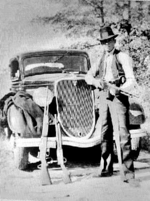Clyde And Some Of His Guns With Images Bonnie Parker Bonnie