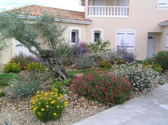Jolie Entree Devant Maison Amenagement Jardin Beaux Jardins Massif Fleurs