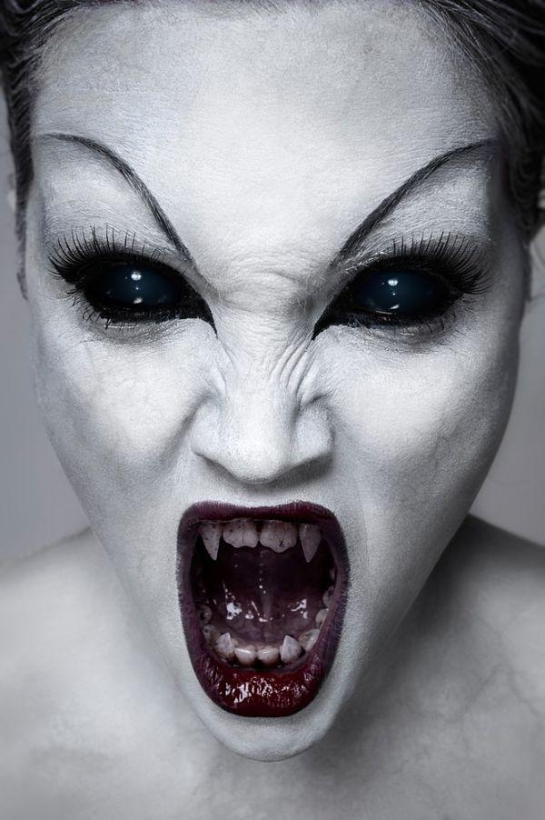 Chica Con Maquillaje Para Halloween Con Colmillos Y Cara Pintada De - Cara-pintada-para-halloween