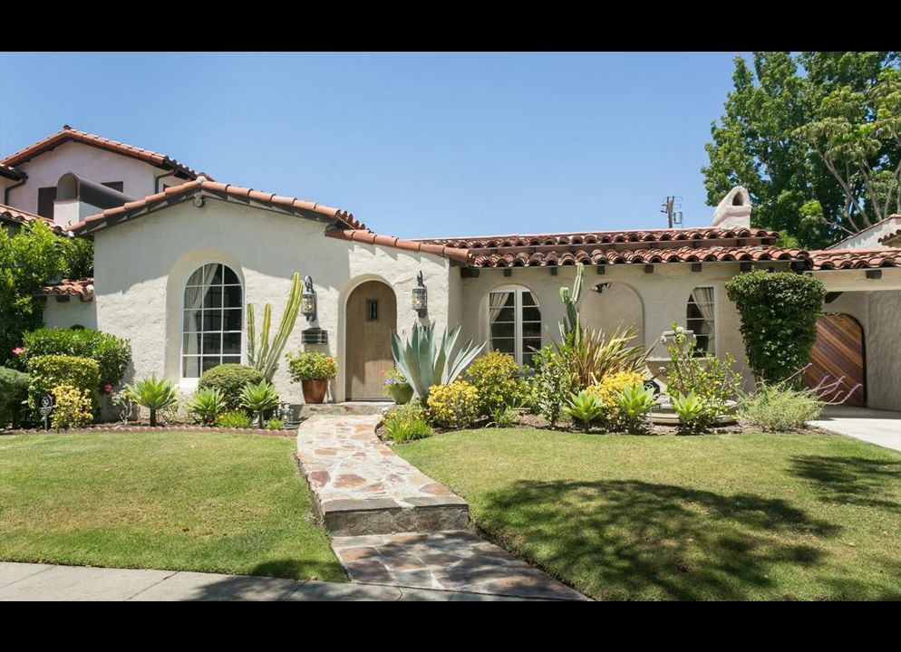 Mindy Kaling Sells Spanish Bungalow In Los Angeles Spanish Bungalow Spanish Style Homes Spanish Style