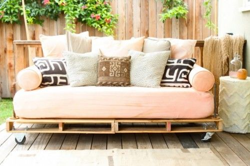 DIY Pallet Outdoor Daybed   Shelterness You need a lot of padding and a good mattress of some kind to make this comfy. Those wheels make me nervous for a klutz like me.