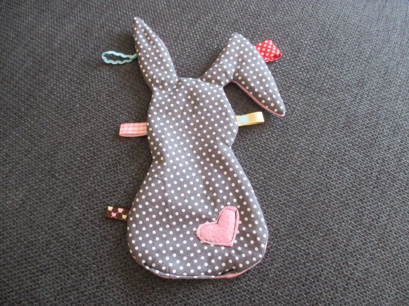 süßer Knisterhase mit verschiedenen bunten Bändern.  Das Knistertuch ist super zum kuscheln, spielen, entdecken, knistern und, und, und die kleinen werden es lieben...  Auch super als Geschenk,... #cutebabybunnies