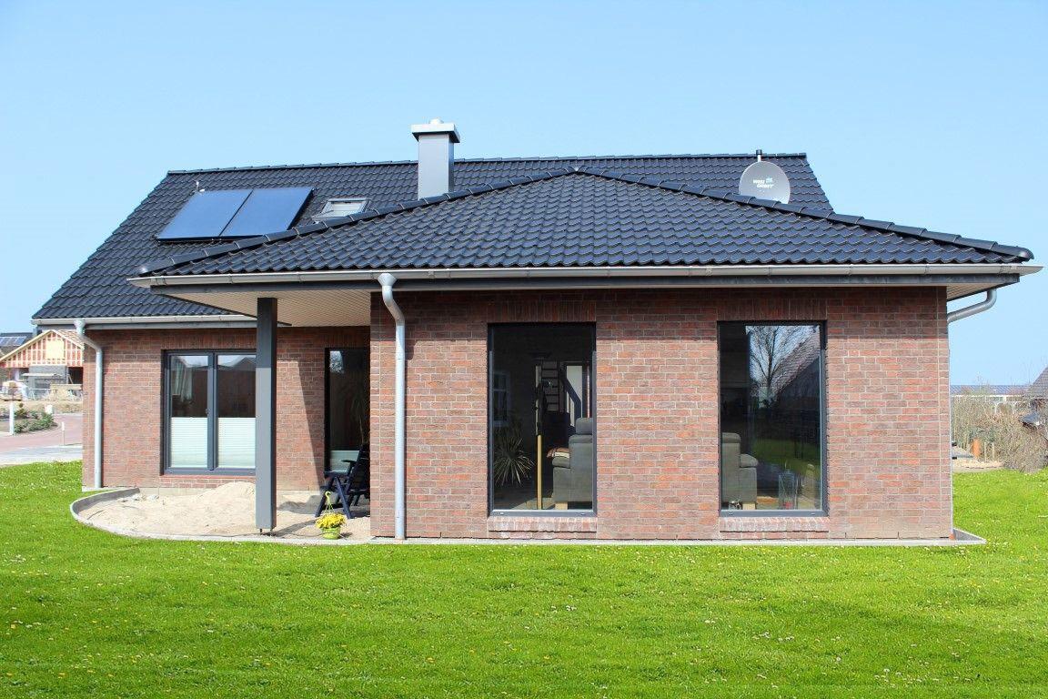 einfamilienhaus mit gro en dach berstand und schickem roten klinker haus pinterest klinker. Black Bedroom Furniture Sets. Home Design Ideas