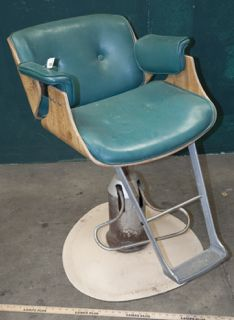 Vintage Salon Chair By Belvedere Company Model 917 This Chair Has Great Quality And Retro Design The Rounded Wood Back Has Intention Avec Images Fauteuil Salon Coiffeur