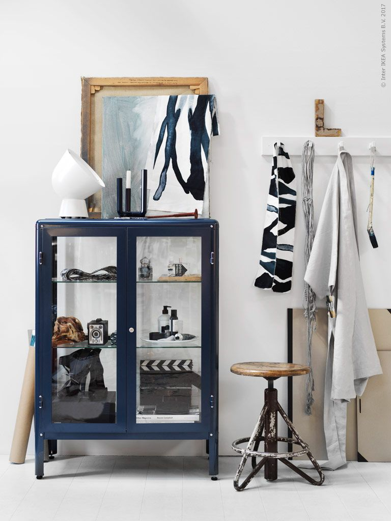 det bl vitrinsk pet fabrik r i t liga material men med mjuka former r en fin nyhet h r med. Black Bedroom Furniture Sets. Home Design Ideas