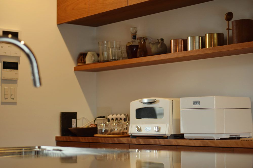 こちらは食器棚 今回は壁に埋め込まれているチェリーの棚板も一緒に作らせて頂きました このような場合は製作だけ私たちが行ない 取付は大工さんにお願いしています L型キッチン キッチンアイデア オーダーキッチン