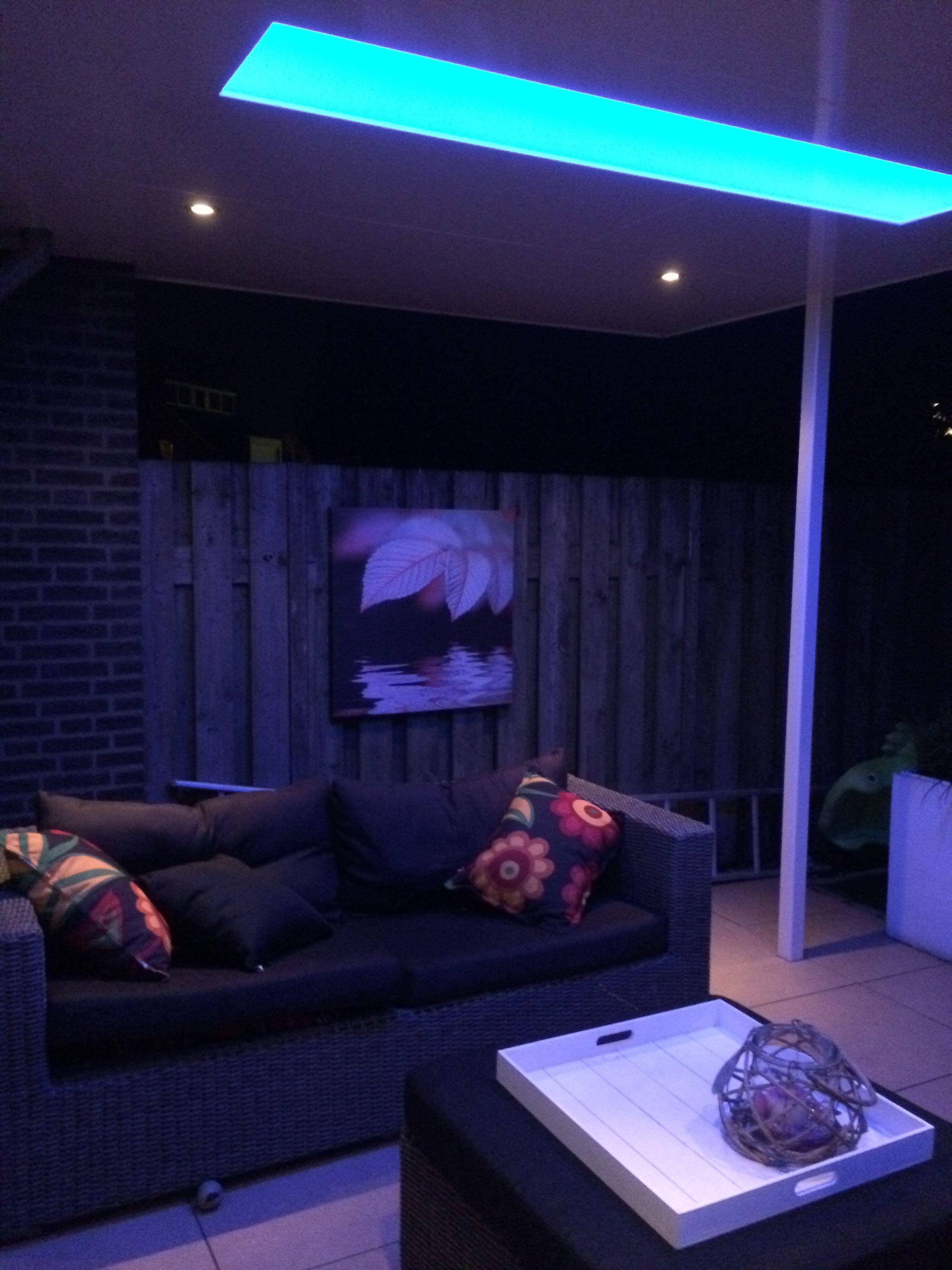 overkapping gemaakt met een lichtstraat met LED verlichting op kleur ...
