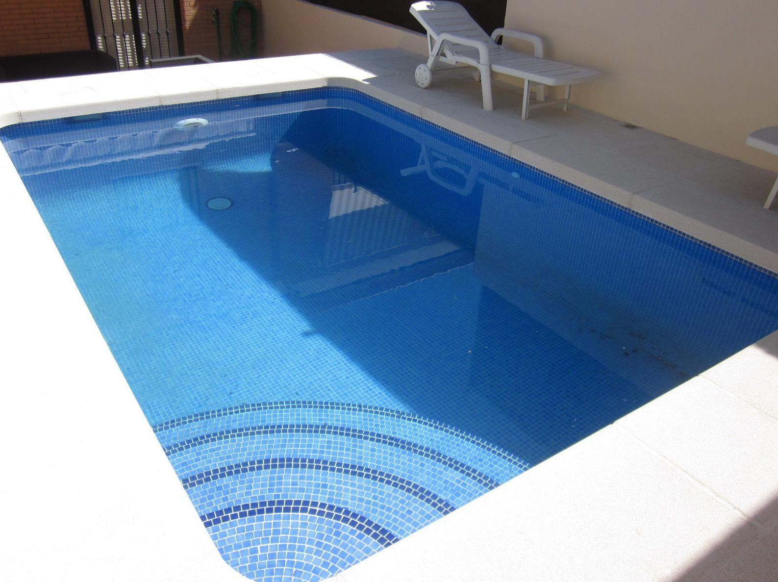 piscina de obra de 5x3 con escalera interior y gresite azul cielo  Piscinas  Piscinas Escalera piscina Gresite piscina