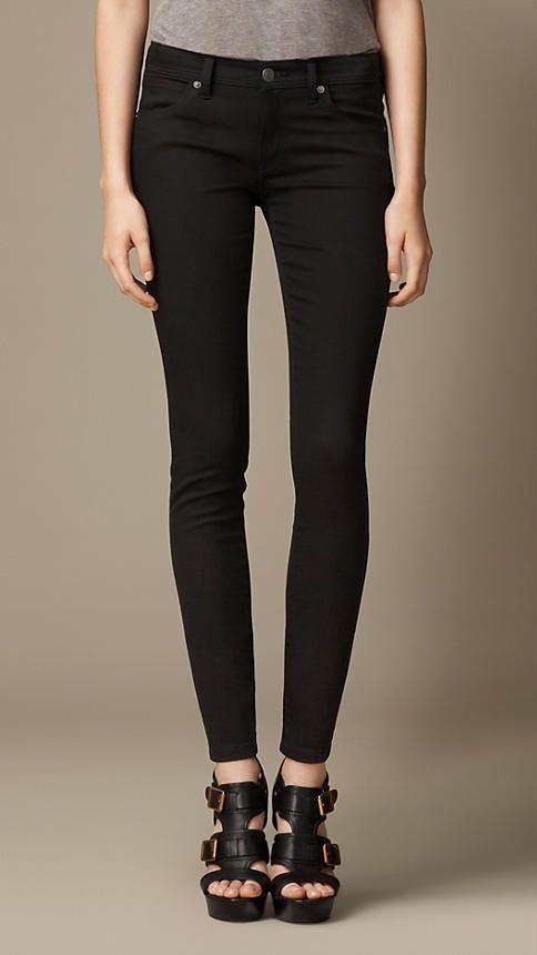 Jeans em corte skinny preto com cós baixo - Mulheres   Burberry 150ff0b0532