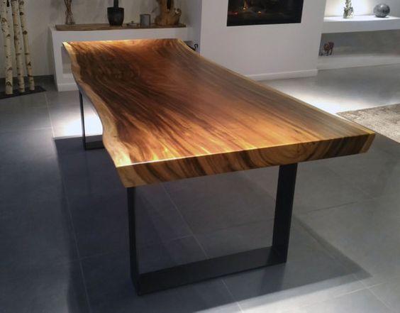 cette table dexception en bois massif de suar avec pieds en acier est realisee dans notre atelier le bois brut est taille dans une seule souche
