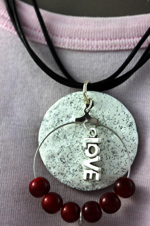Collier Saint Valentin, perles rouge, breloques : Collier par mado-lyne-s