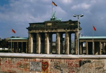 This Is The Brandenburg Gate And Berlin Wall On The East Berlin Side I Lived In Germany When East And West Germany Reunited Deutschland Kalter Krieg Bamberg