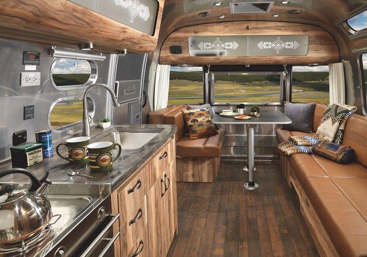 vacances en camping car airstream avec sol en bois composite cuisine quip e et coin de repos. Black Bedroom Furniture Sets. Home Design Ideas