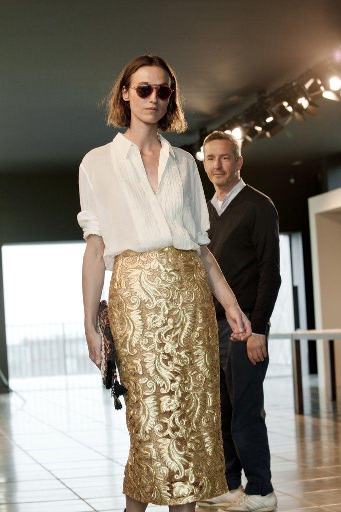 Dries Van Noten goes for the gold. [Photo by Marleen Daniel] 골드와 하늘하늘한 셔츠. 이렇게 우아할 수가. 그의 만족스런 표정도 보기 좋다.