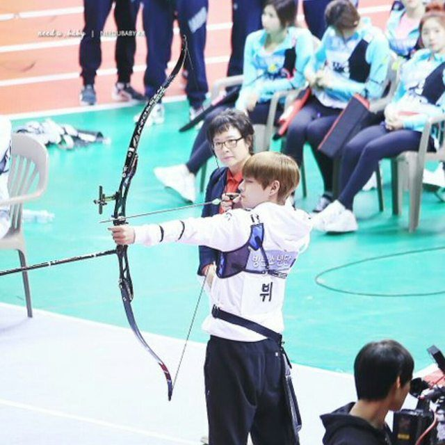 Omg dubu was watching taes archery Tae so cute here...