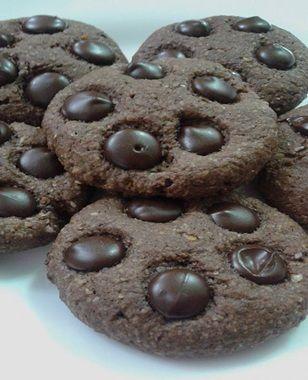 Cookies de chocolate Funcional Ingredientes : 1 ovo caipira;3/4 xícara de farinha de amêndoas (ou outra oleaginosa); 1/4 xícara de farinha de arroz;1/4 xícara de cacau em pó;3/4 de xícara de fécula de batata;1/2 xícara de farinha de linhaça dourada;4 colh sopa de manteiga ghee (pra quem não for intolerante pode ser a tradicional);1/2 xícara de açúcar demerara;  1/2 xícara de açúcar mascavo;1/2 colh de café de fermento em pó .
