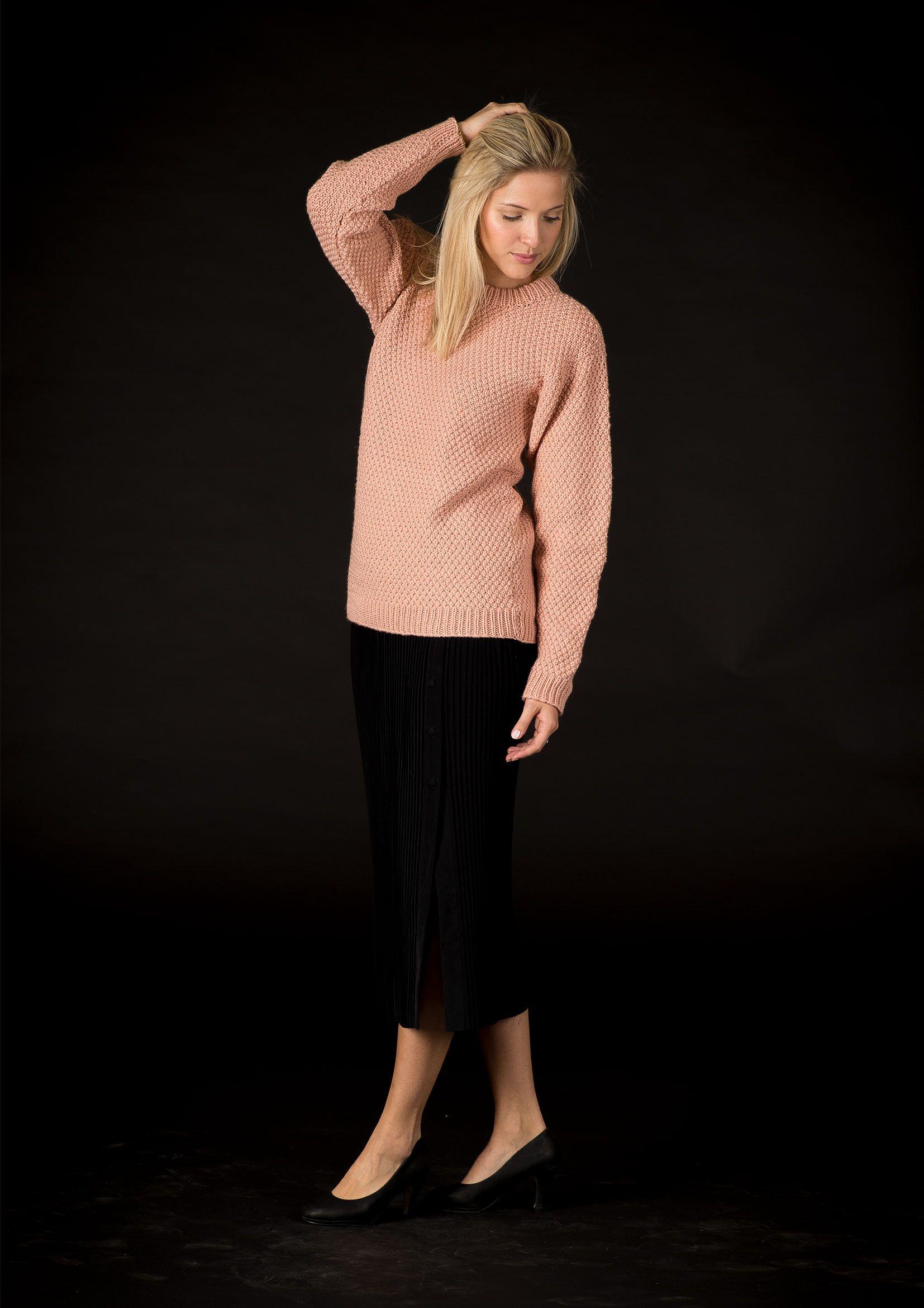 d75e86bd5d4 Enkel klassisk mønsterstrikket sweater med påsatte ærmer strikket i  Mayflower Easy Care Big. Denne smukke