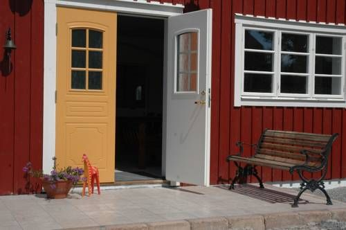 Sundsmåla Landsbygdshotell Linköping Sundsmåla Landsbygdshotell is a 15-minute drive from Linköping. Free WiFi and free private parking are available on site.  All rooms are equipped with a flat-screen TV, DVD-player and a seating area. Rooms have a private bathroom and garden view.