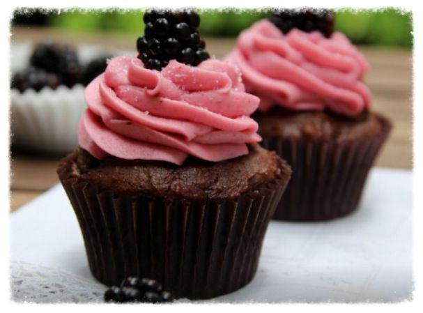 cookiescrumbsandchickens: Chocolate Blackberry Cupcakes