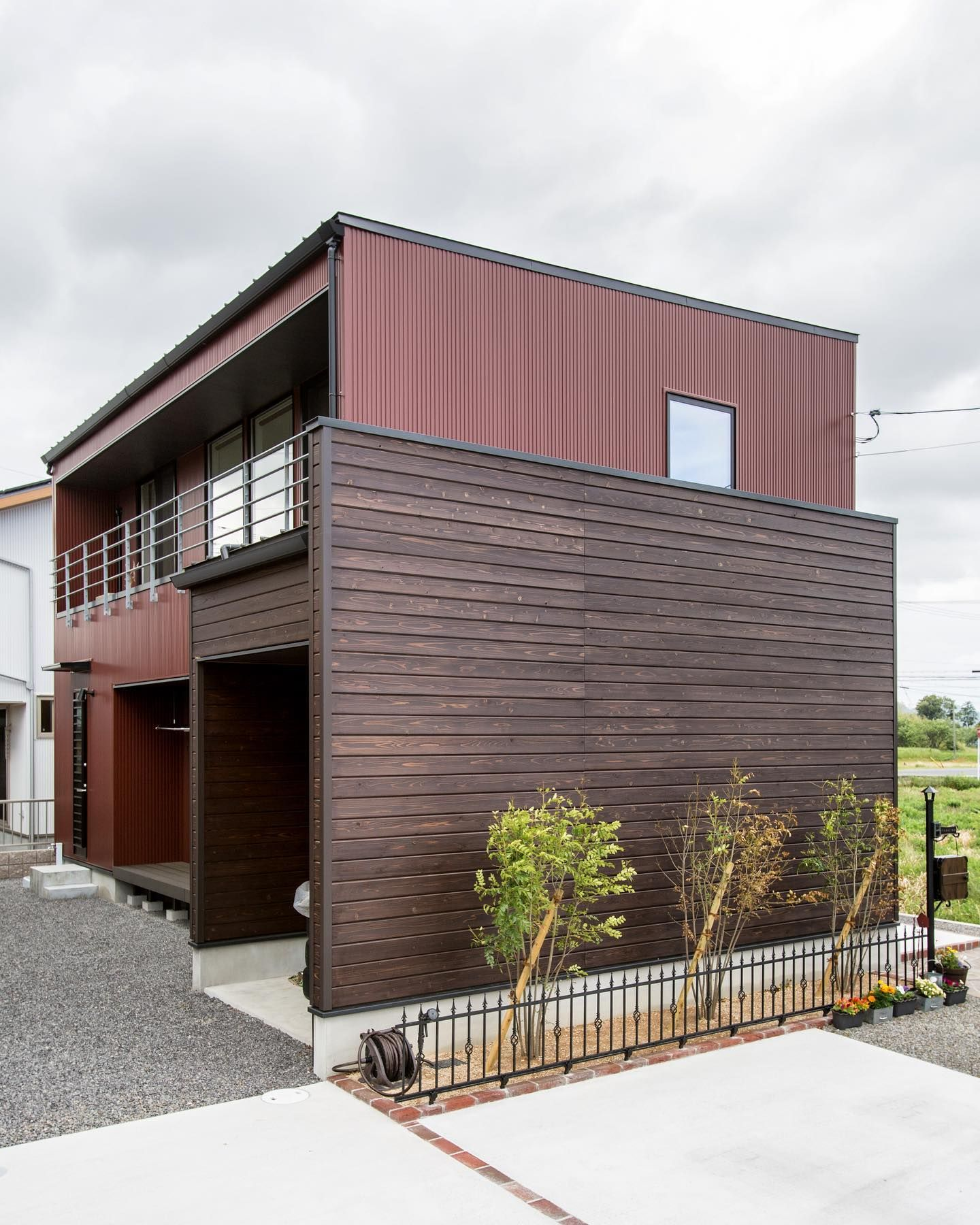 オータムレッドのガルバリウムに 杉羽目板の組み合わせ 杉羽目板のボリュームとシンプルなハコ型のシルエットが絶妙なバランスを保っています 𓐌𓐌𓐌𓐌𓐌𓐌𓐌𓐌𓐌𓐌𓐌𓐌𓐌𓐌𓐌𓐌𓐌𓐌 ルポハウスの施工事例はこちらまで 羽目板 かっこいい家