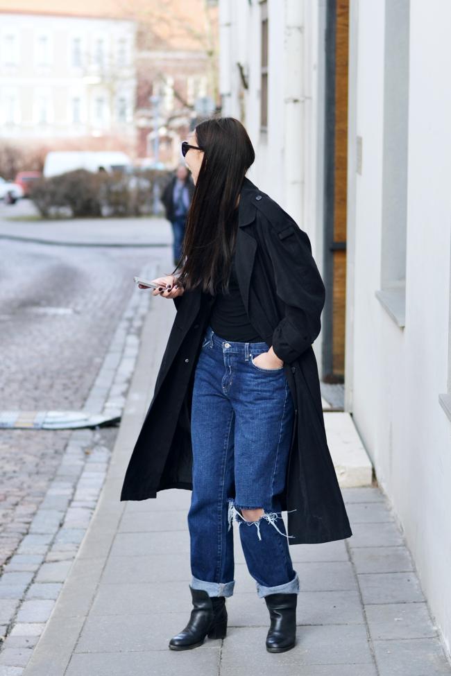 Fill the city: boyfriend jeans. tommy hilfiger boyfriend jeans, black trench coat, streetstyle