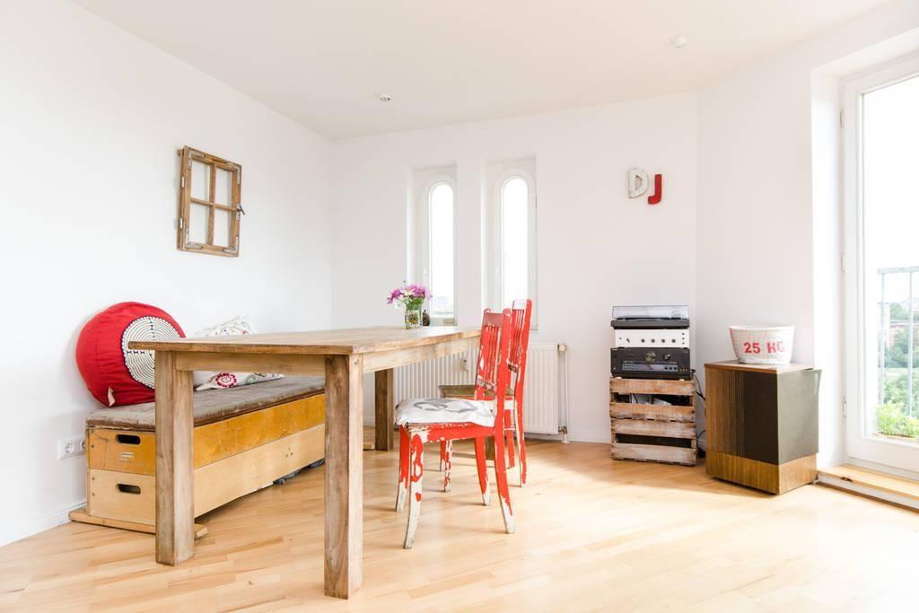 Essbereich mit DIY-Regal aus Holzkisten und alter Fensterrahmen als ...