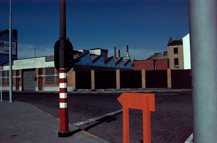 Dans le quartier de la gare de Midi - Belgique, 1981. Crédits : © Harry Gruyaert / Magnum Photos