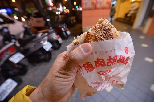 台北歴史散歩の旅 (2) 小黒炭烤 胡椒餅 - てきとーやねん