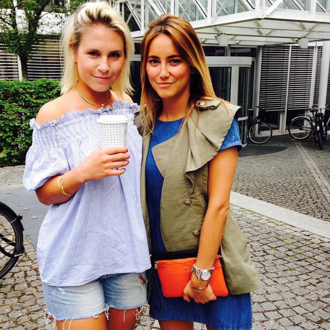 Zwei Kolleginnen, eine Idee: coole Rüschen&Ruffles zu Denim kombiniert  #gutgemacht #prettygirls #kollegentrend #bürotrends #freundinmodeteam