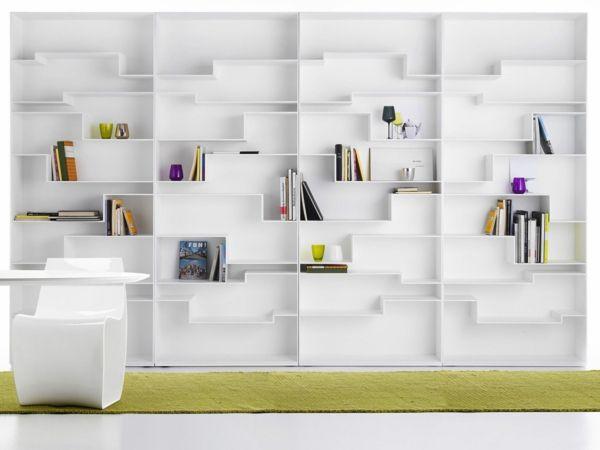 Designer Bücherregal an der Wand im Wohnzimmer -    freshideen - dekorative regale inneneinrichtung