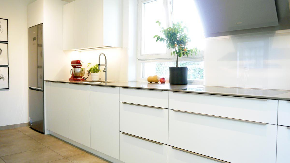 Kuchenzeile Mit Quarzstein Arbeitsplatte Und Design Griffen In Edelstahl Optik Einbaukuche Quarzstein Arbeitsplatte Arbeitsplatte